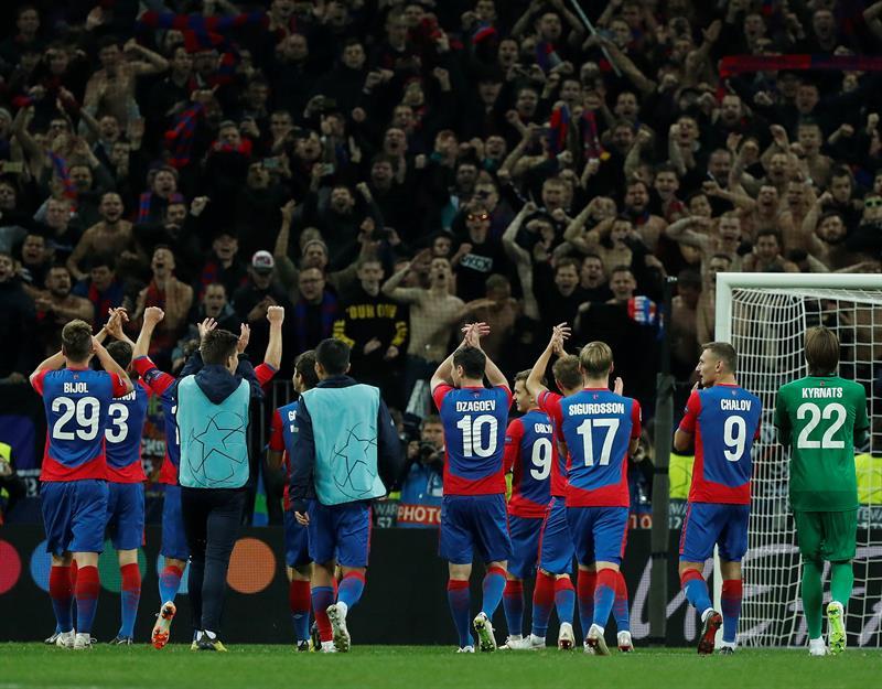 Jogadores do CSKA comemoram com torcida