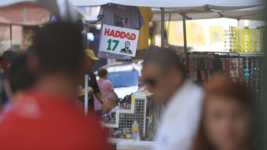 Ambulante exibia cartaz com nome de Haddad com número adulterado
