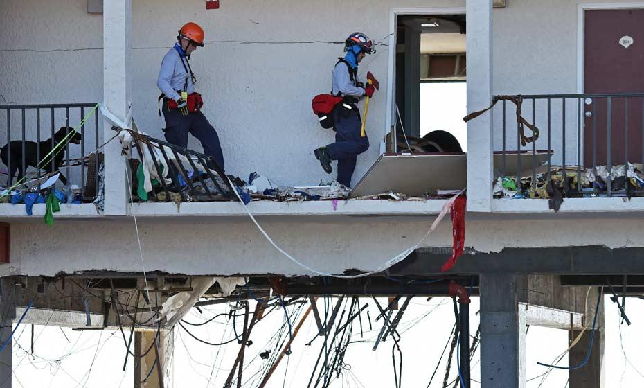 Equipes de resgate procuram vítimas do furacão Michael com a ajuda de cães farejadores em Mexico Beach, na Flórida