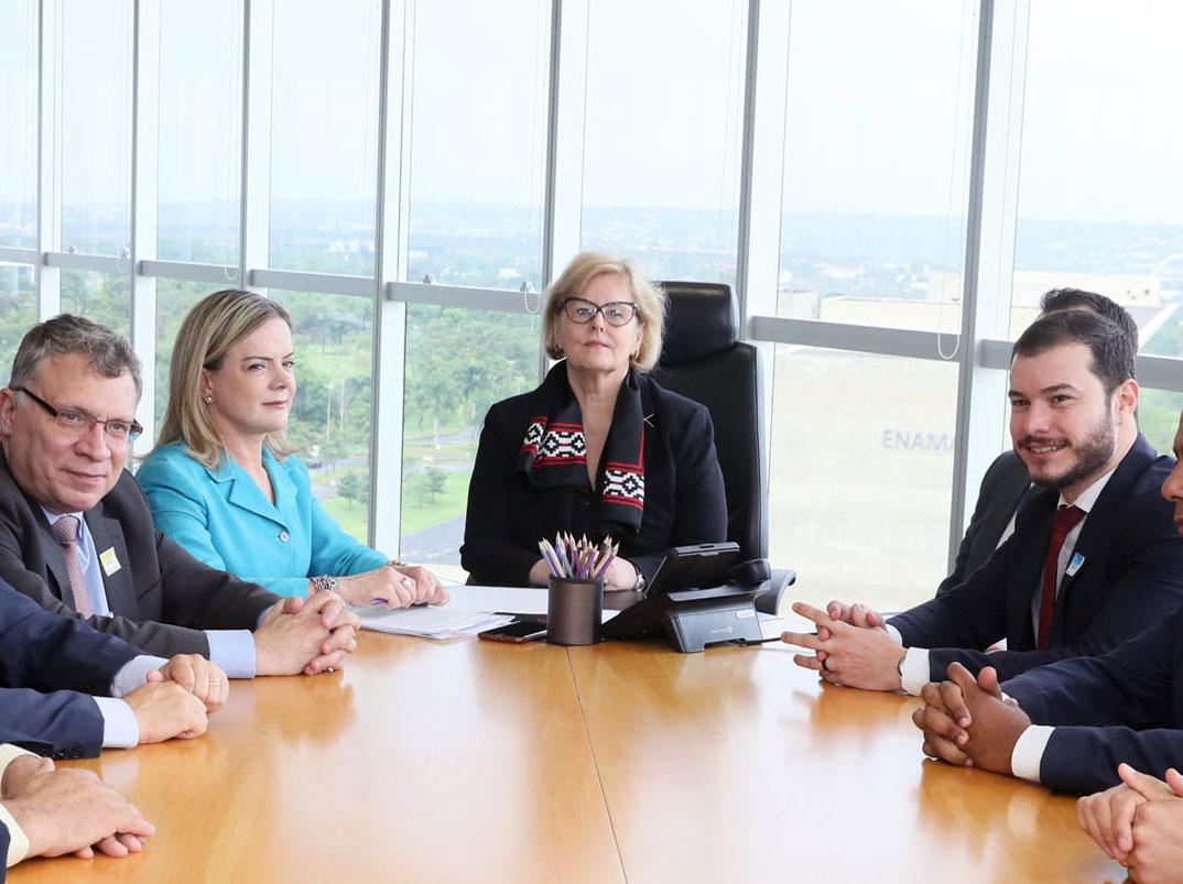 Senadora Gleisi Hoffmann (PT) e a presidente do TSE, ministra Rosa Weber