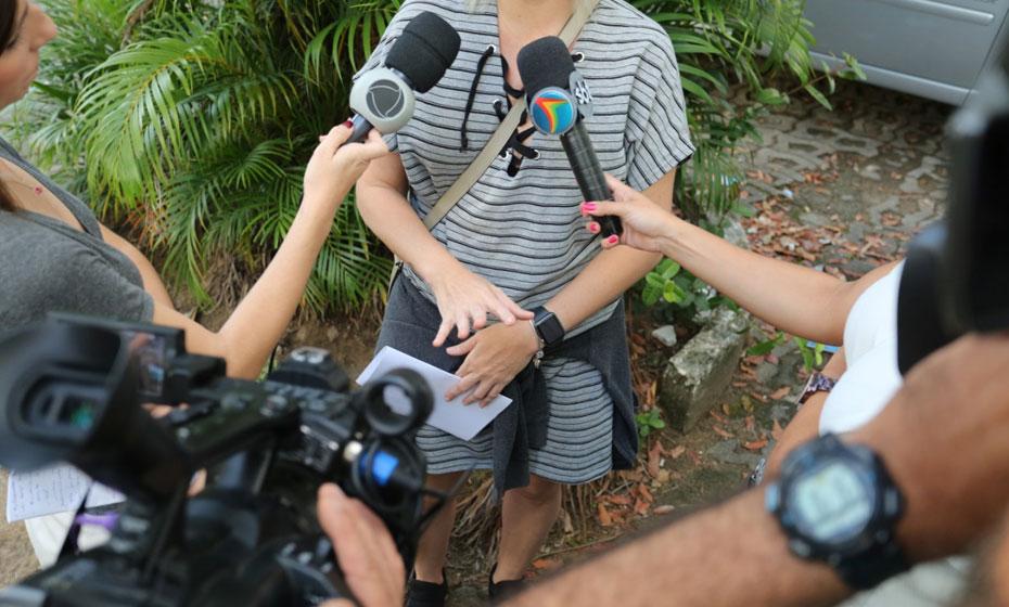 Jornalista sofreu cortes no braço e no rosto