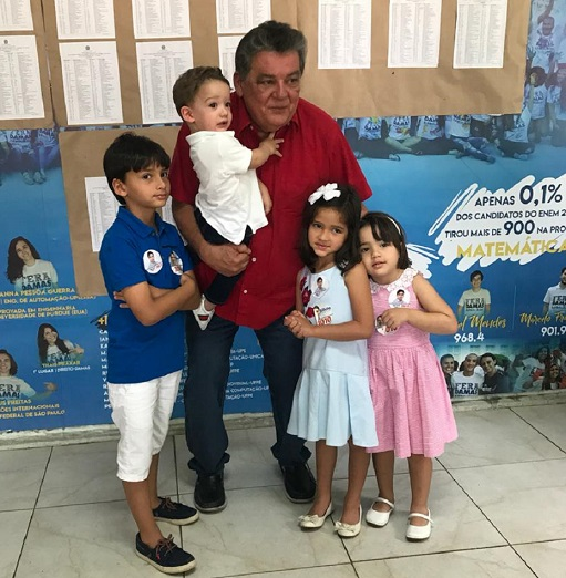 Silvio Costa votou acompanhado por netos