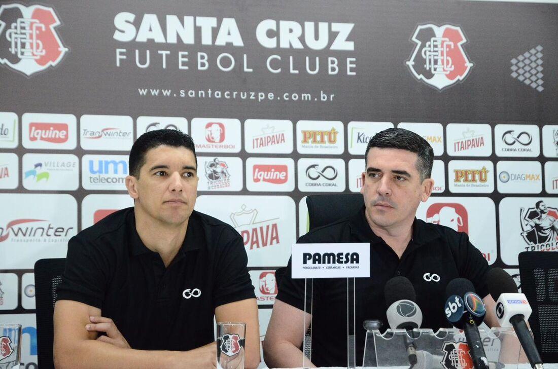 Executivo de futebol Luciano Sorriso e presidente Constantino Júnior na entrevista coletiva do Santa Cruz