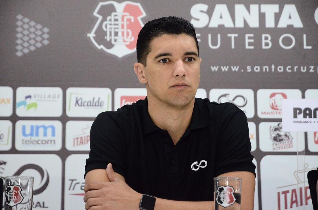 Executivo de futebol Luciano Sorriso na apresentação oficial