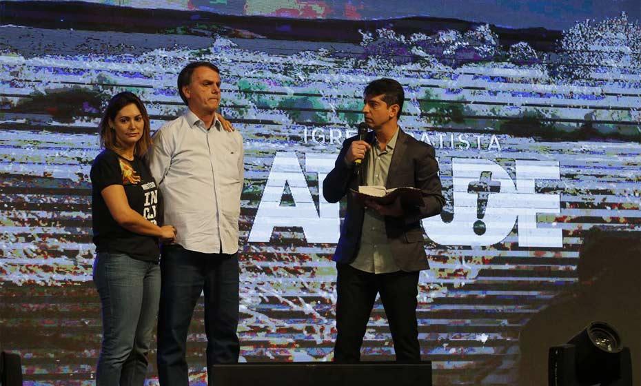 Bolsonaro participa de culto no Rio de Janeiro junto com a esposa
