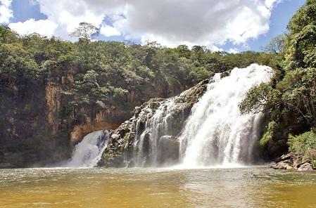 Cachoeira em São João Batista do Glória, a 400 km da capital