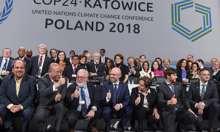 Chefes de delegação reagem no final da sessão na COP24 em Katowice