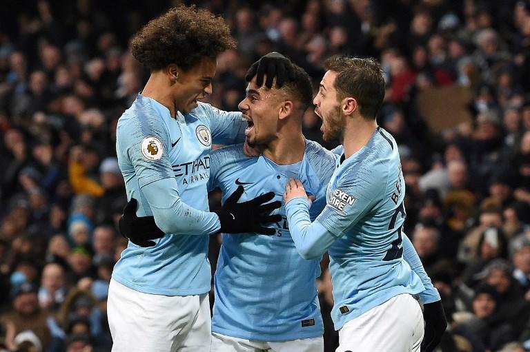 Gabriel Jesus comemora gol com Sané e Bernardo Silva