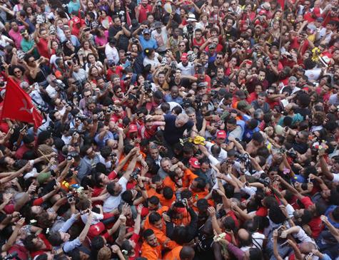 Cercado pela multidão, Lula se entrega