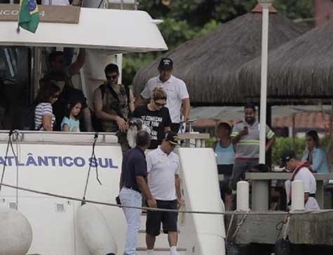 Michele Bolsonaro usa camiseta com frase
