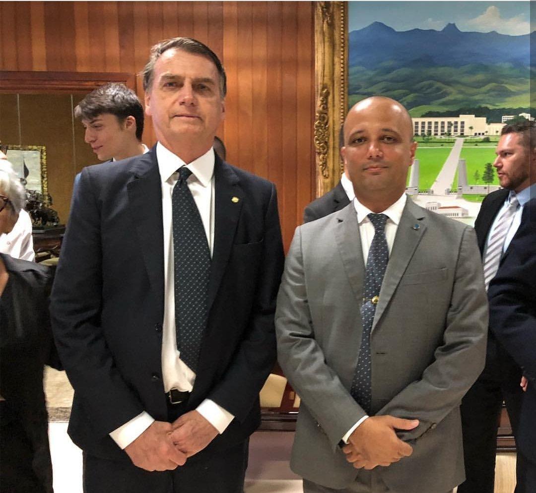 Major Vitor Hugo ao lado do presidente Jair Bolsonaro