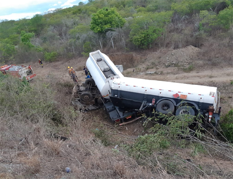 Colisão entre dois caminhões no agreste pernambucano