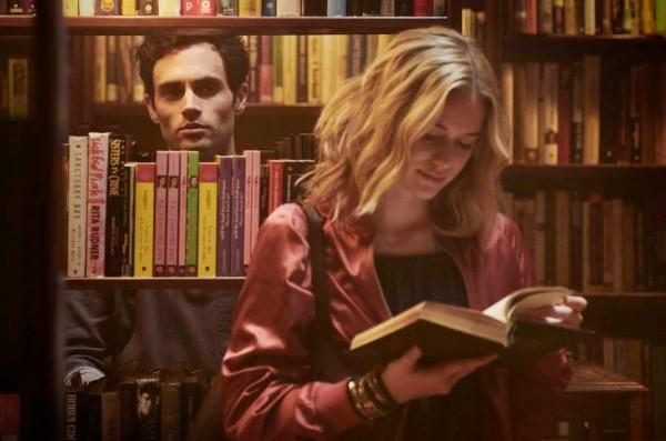 """Ator Penn Badgley, de """"Gossip Girl"""", sai da sombra de Dan Humphrey para interpretar stalker em nova série"""