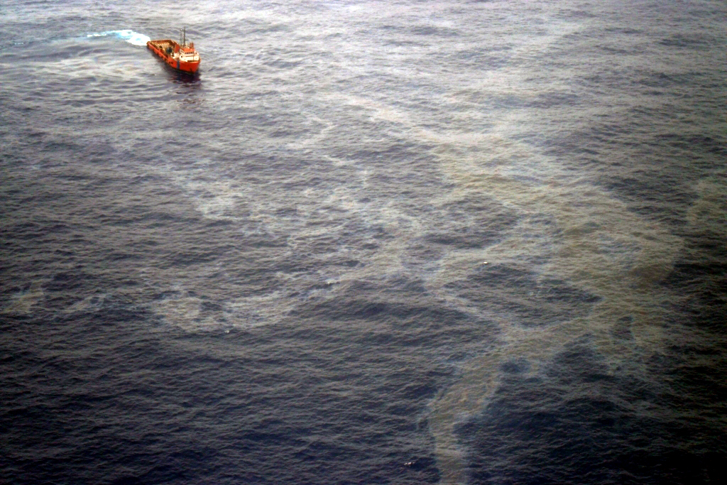 Mancha de óleo provocada pelo vazamento na Bacia de Campos