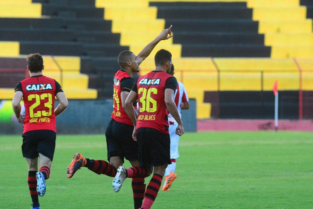 Zagueiro Adryelson é titular da defesa rubro-negra