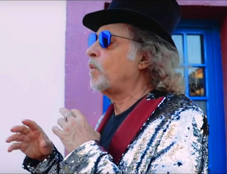 Cena de Alceu cantando no videoclipe de 'Nas asas de um passarinho'