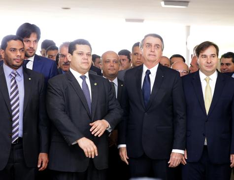 Alcolumbre, Bolsonaro e Maia na chapelaria do Congresso
