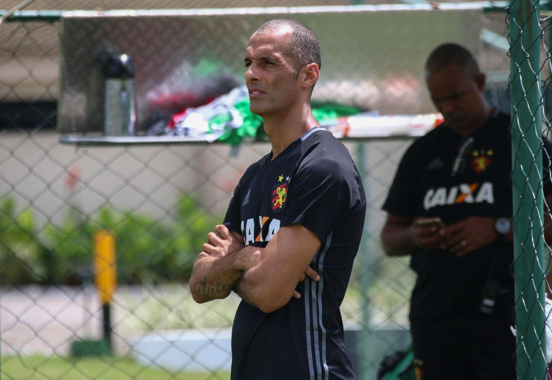 Auxiliar César Lucena assume os treinamentos até a chegada do novo treinador.