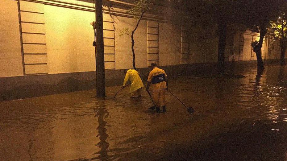 A prefeitura do Rio instalou um gabinete de crise no Centro de Operações Rio para monitorar as ocorrências causadas pela chuva