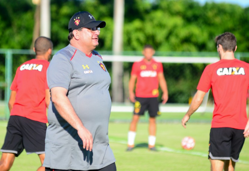Técnico do Sport comanda treino no CT do Leão