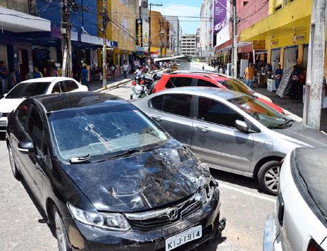 Carro que atropelou quatro pedestres na Rua da Palma