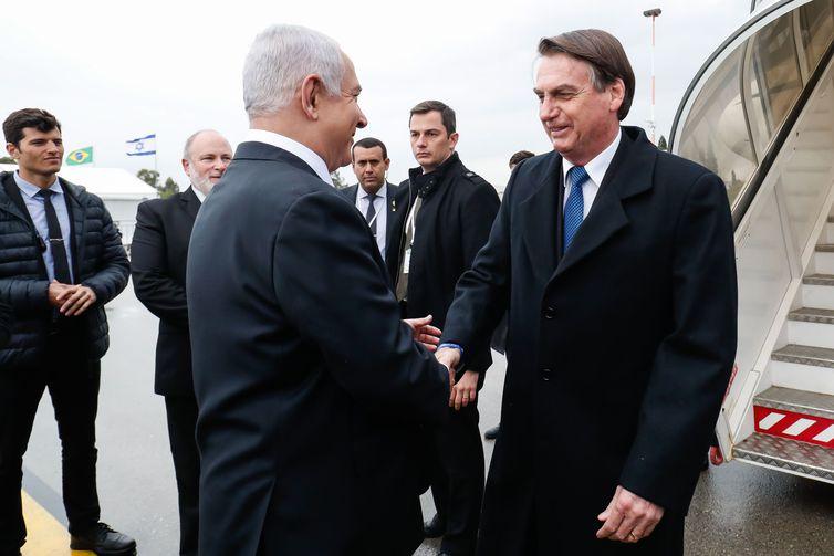 O primeiro-ministro de Israel, Benjamin Netanyahu, recebe o presidente Jair Bolsonaro, em cerimônia oficial de chegada