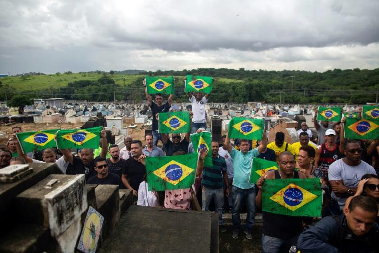 Protesto de amigos e parentes de Evaldo dos Santos durante seu funeral em cemitério na zona norte do Rio. Evaldo teve o carro em que viajava com a família atingido por 80 tiros, disparados por militares.