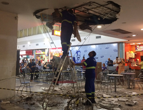 Peças de gesso cederam em uma das praças de alimentação do shopping, localizado no Centro do Recife