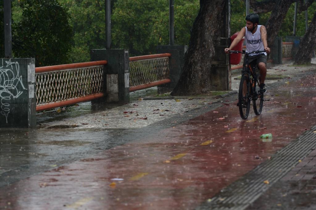 Chuva na rua da Aurora, no Centro do Recife