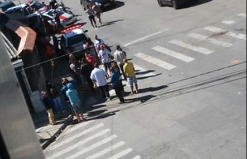 o menos cinco pessoas foram presas e levadas ao distrito policial da cidade