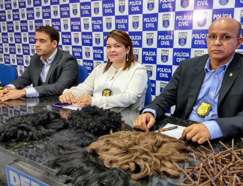 Coletiva da polícia mostra perucas usadas pelos assaltantes