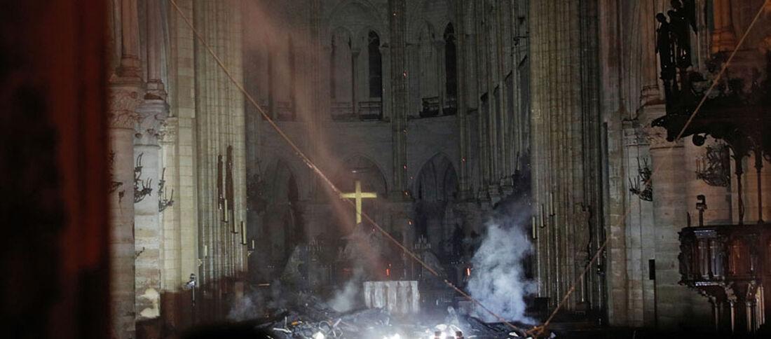 Interior da catedral de Notre-Dame após incêndio