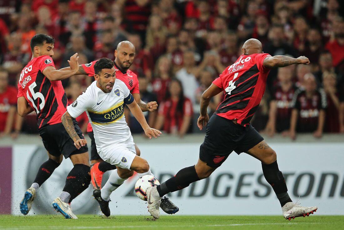Tevez em ação na derrota do Boca para o Athletico/PR por 3x0