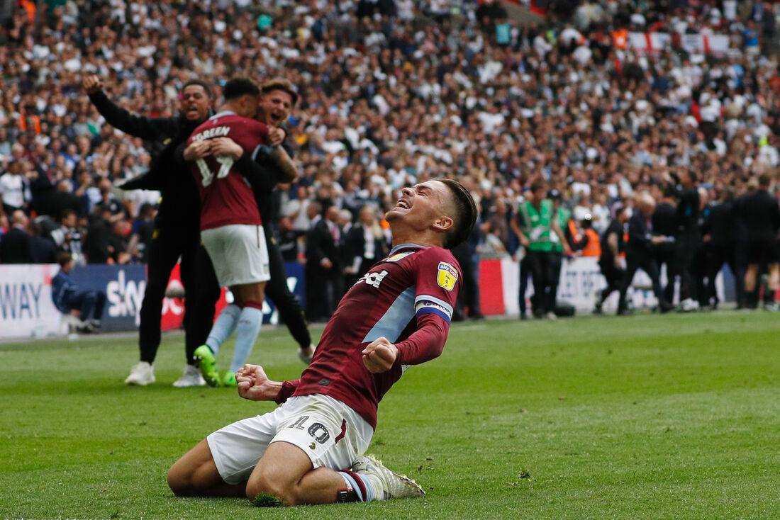 Jogadores do Aston Villa comemoram acesso à Premier League