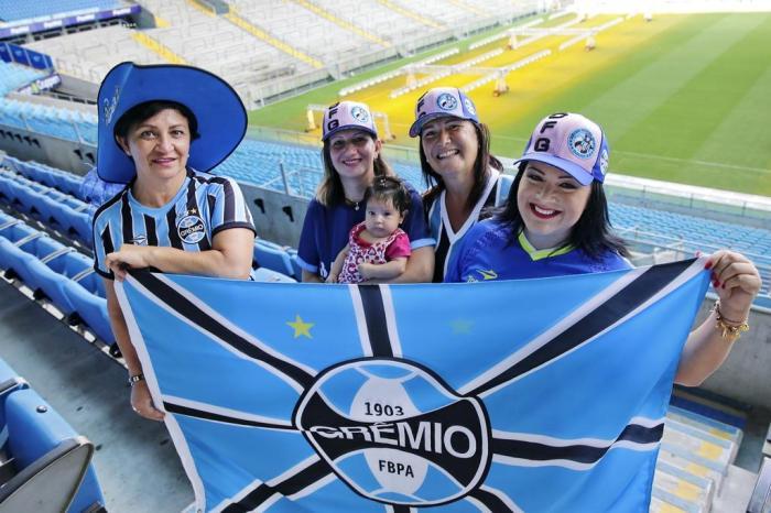 Torcedoras com a bandeira do Grêmio