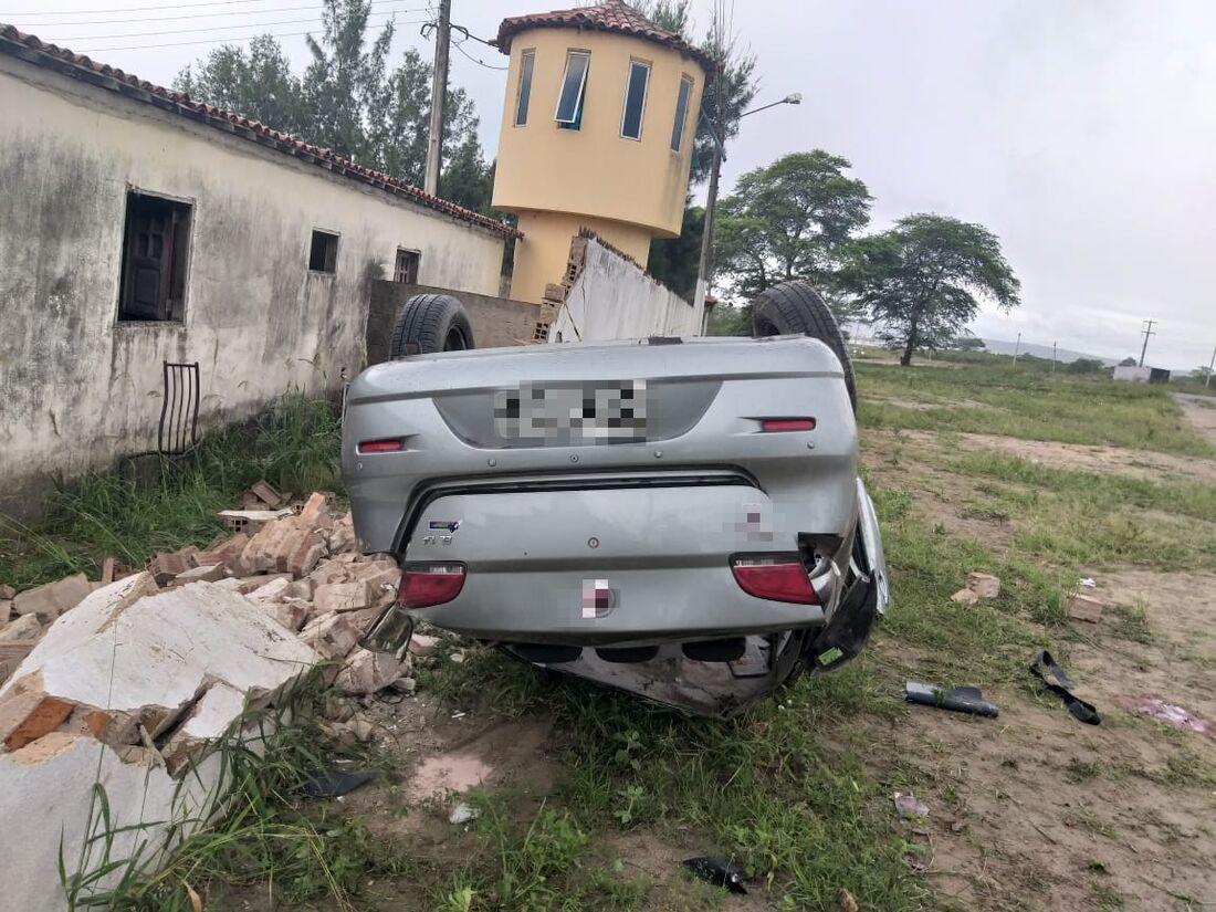 Motorista perde o controle e caminhão atinge ônibus, poste e guarita na Zona Norte