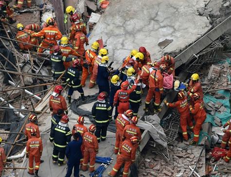 Equipes de resgate atendem a uma vítima do desabamento