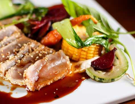 Atum com legumes  orgânicos é um dos pratos principais