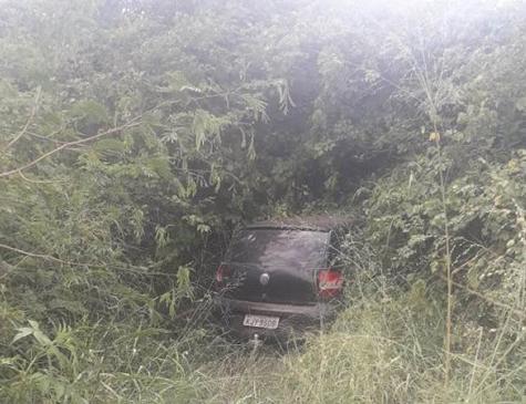 Carro foi encontrado em área de matagal