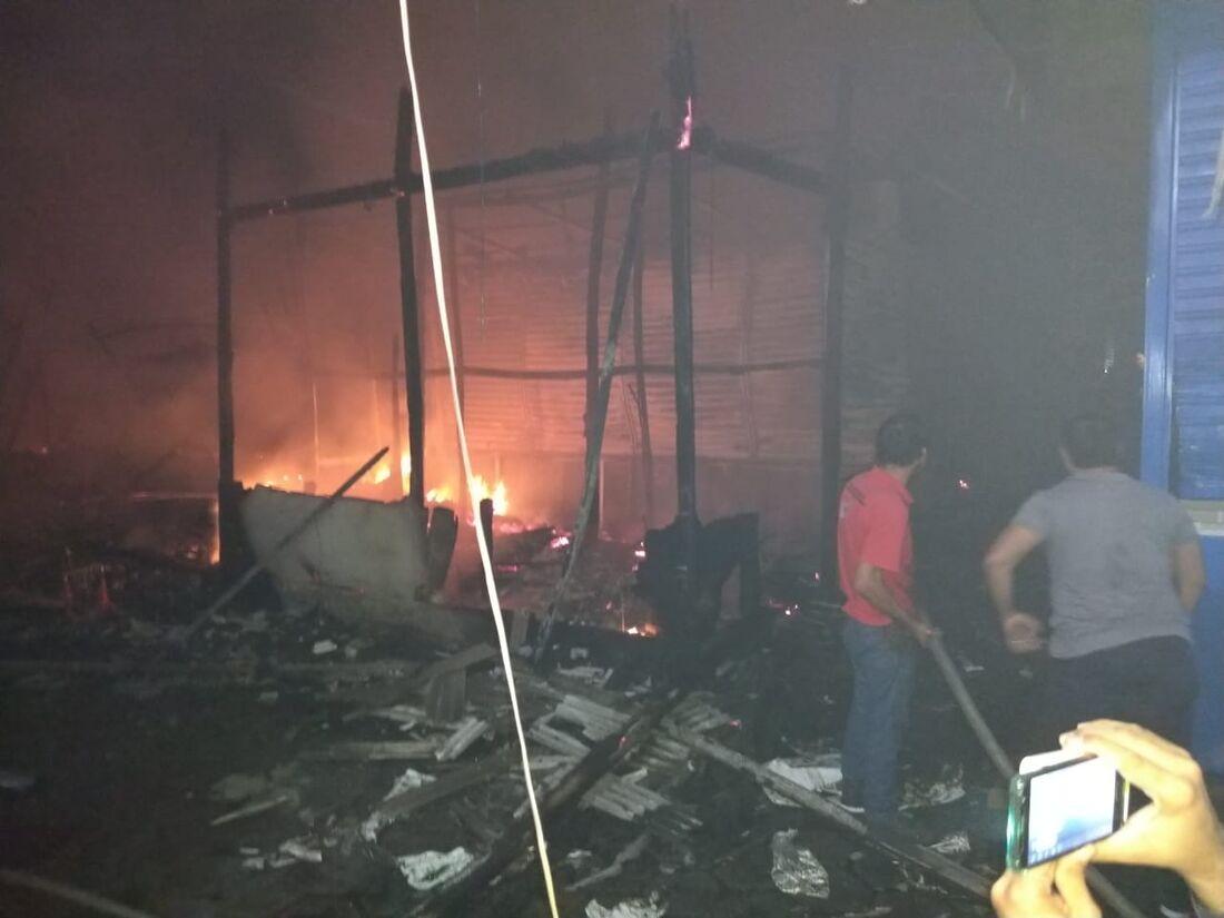 Incêndio destruiu cerca de 60 barracas, segundo contagem do Corpo de Bombeiros
