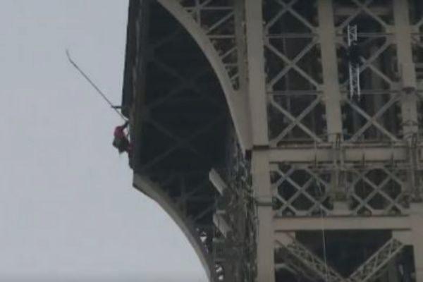 Torre Eiffel é fechada após homem escalar