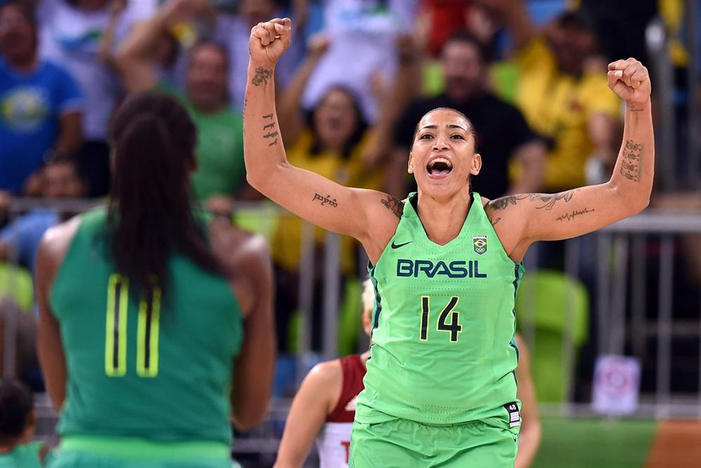 Érika de Souza, pivô da seleção brasileira, tem 1.97 m de altura