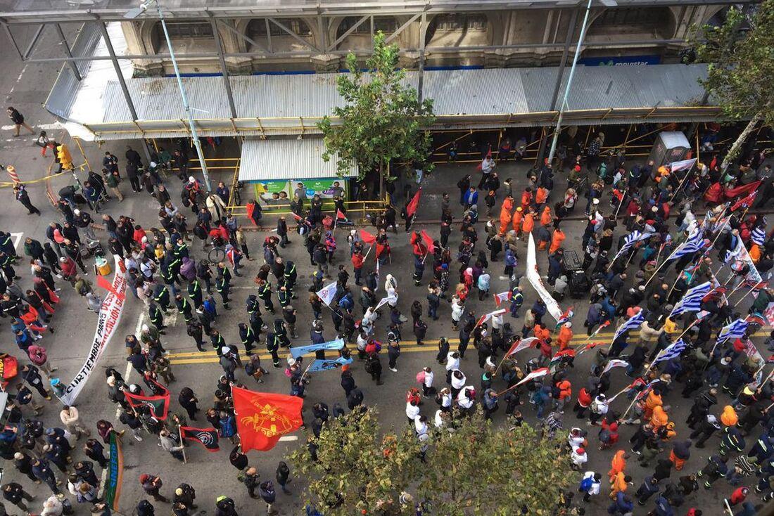 Protesto de trabalhadores da Petrobras em Montevidéu