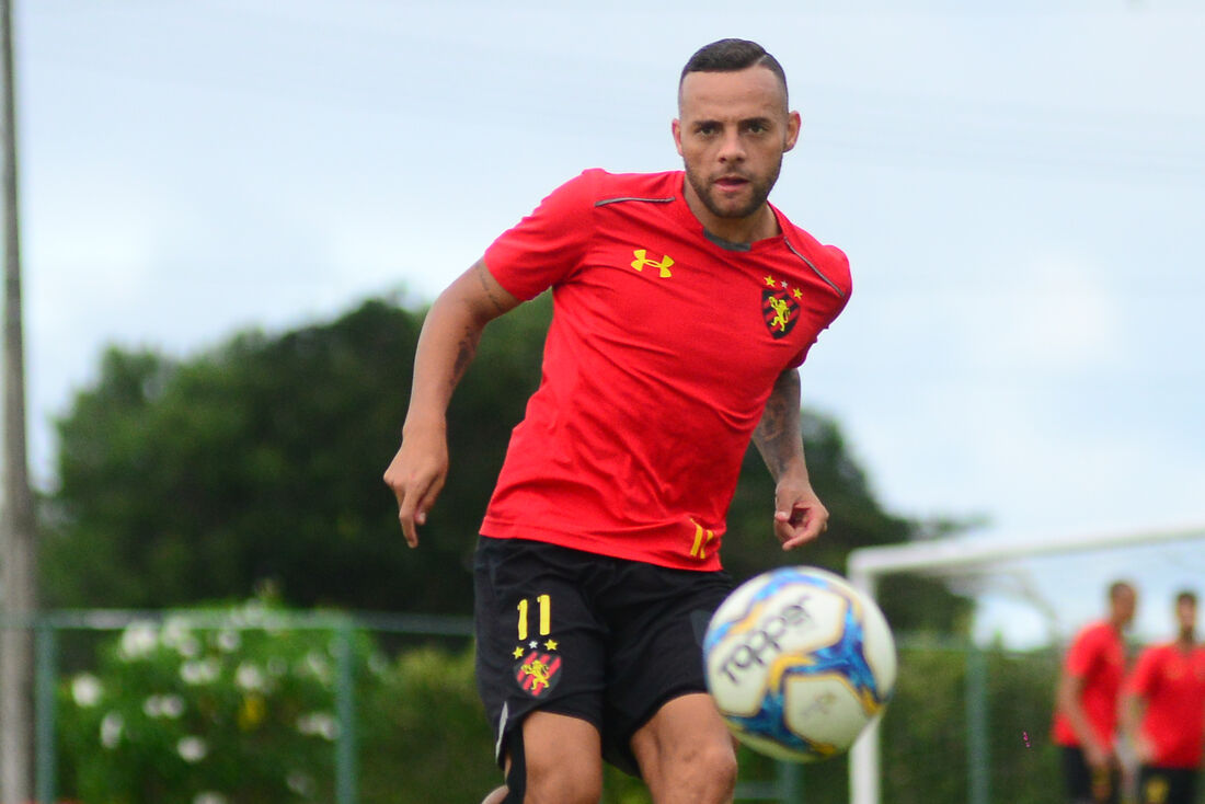 Atacante Guilherme treinou com bola no Sport.