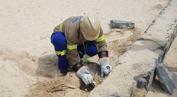 Funcionário da Celpe na Praia do Pina