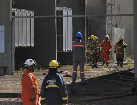 Bombeiros tentam identificar a causa do incêndio