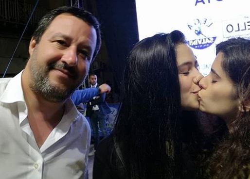 Selfie do beijo foi publicada na conta do Instagram de uma das meninas