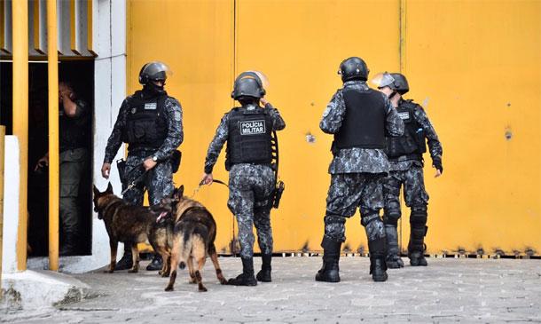 Policiais chegam ao Complexo do Curado após briga de detentos