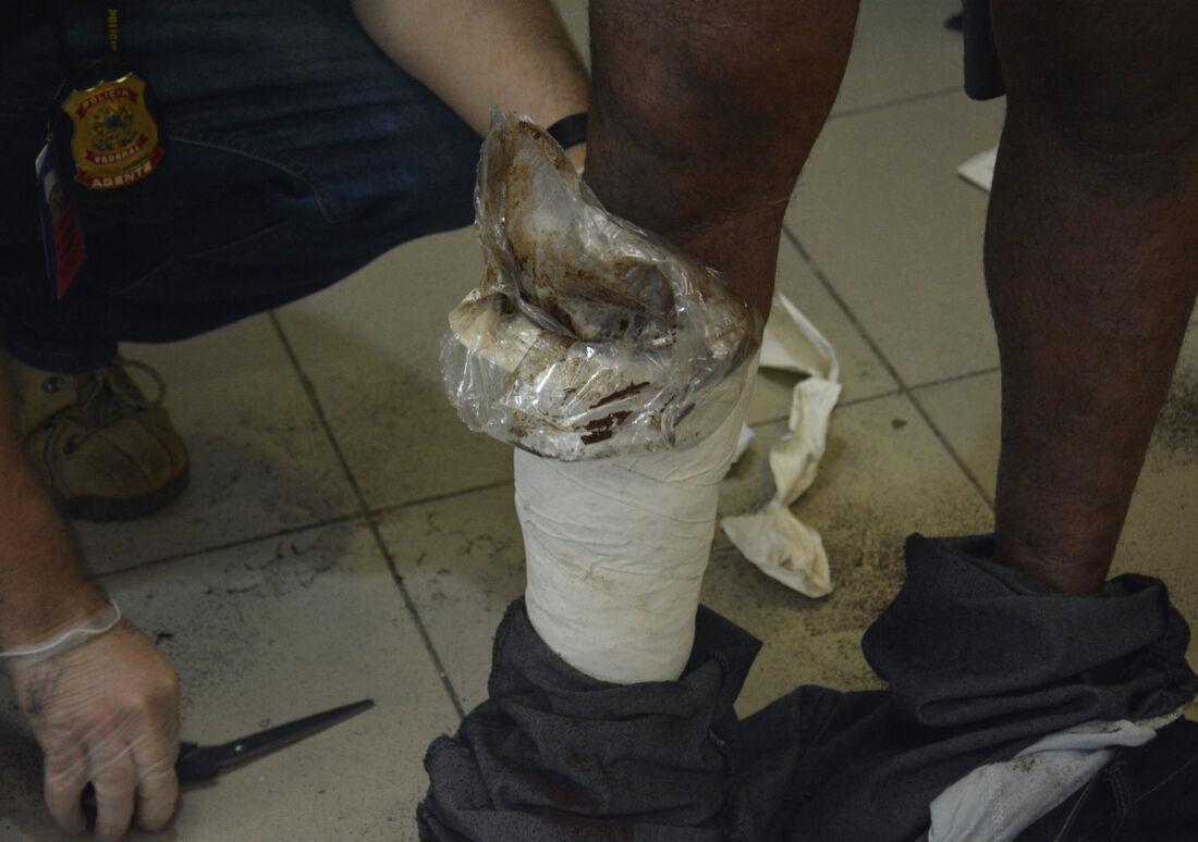 Droga estava em invólucros fixados às pernas do suspeito