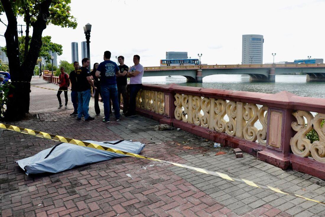 Corpo foi retirado do rio pelos bombeiros